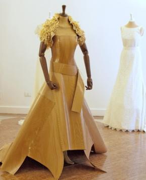 Verso l'altare con un abito da sposa in… Legno