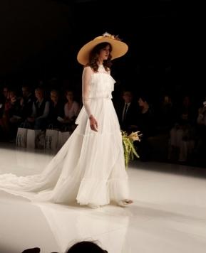 A Barcellona sfila la Sposa di Matilde Cano, quando la femminilità va a nozze!