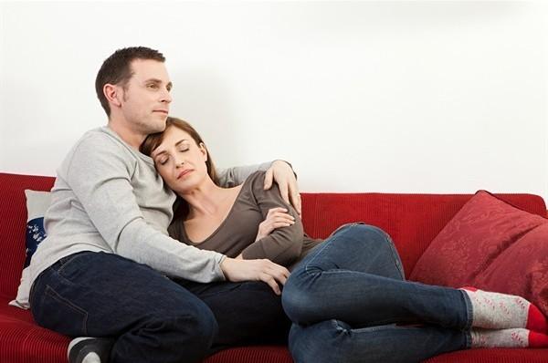 Da come vi sedete sul divano si capisce che coppia siete - Posizioni sul divano ...