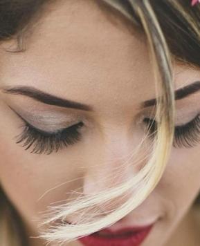 Fiori tra i capelli, per una sposa botticelliana