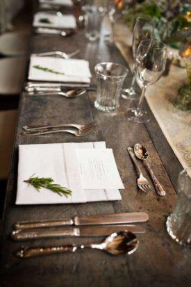 piantine-aromatiche-e-posate-dargento-creano-un-contrasto-raffinato-sui-tavoli-da-matrimonio