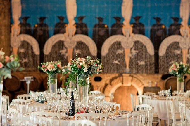 tavolo-in-stile-rustico-con-centrotavola-alti-elena-fleutiaux-photographie