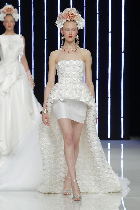 b683595d17b8 L abito da sposa corto che avvolge dolcemente la silhouette si adatta a  ogni tipo di fisico  perfetto anche per le spose non troppo alte