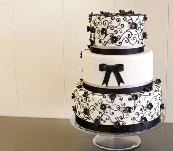 wedding-cake-a-piani-bianca-e-nera-con-fiori-e-fioccho