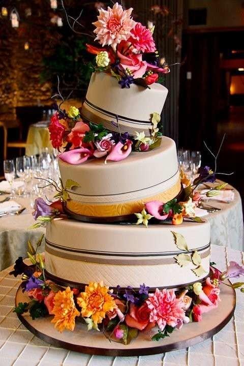 torta-nuziale-con-fiori-colorati