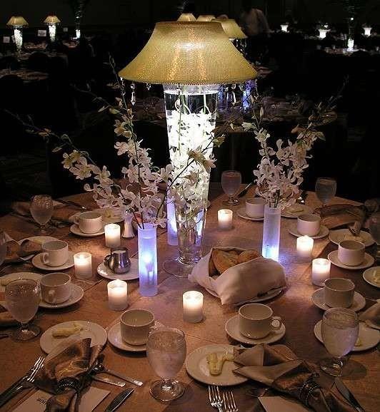 Centrotavola-con-lampade-per-un-matrimonio-di-sera