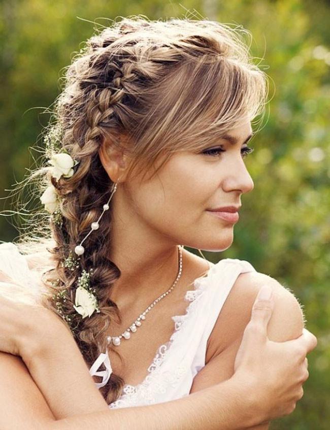 Moda-capelli-sposa-2017-Treccia-laterale-stile-boho-chic