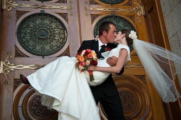 Prendere-in-braccio-la-sposa-prima-di-varcare-la-soglia-della-nuova-casa