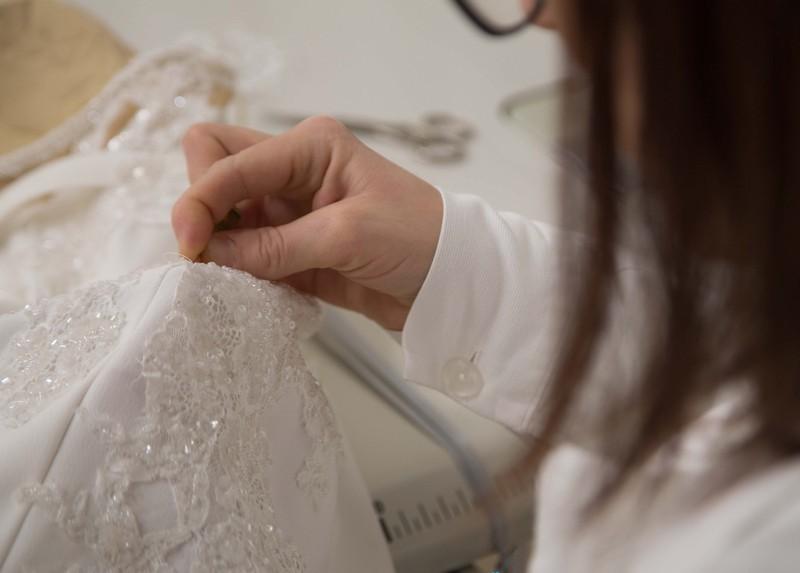 Una sarta premiere di Maison Signore intenta a cucire