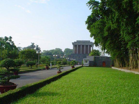 Ho-Chi-Minh-Mausoleo-di-Hanoi-Vietnam-1040x780