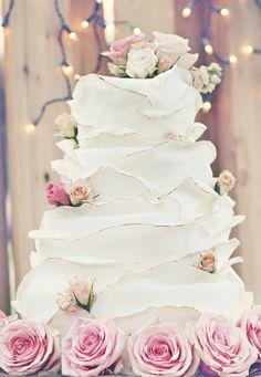 Torta nuziale bianca con fiori rosa