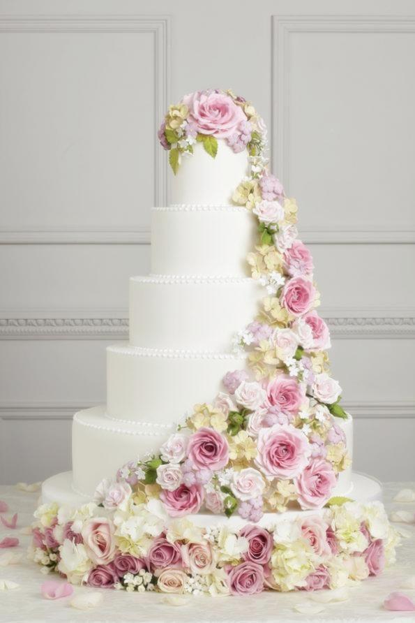 Per un matrimonio minimal chic, optate per un solo fiore gigante sulla torta.  Sceglietelo di un colore che sia in risalto, magari giocando con il  contrasto