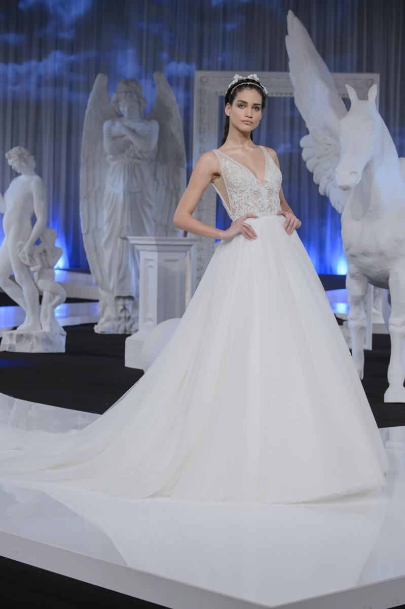 Romantica la collezione di abiti da sposa Nicole 2018. La palette colori è  ... a858b67e67e