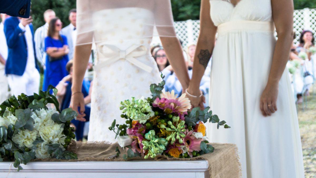 I bouquet delle spose di fiori di campo dai colori tenui