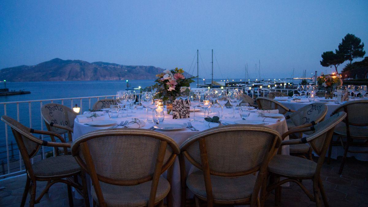 """Il panorama da Salina durante la cena nell'unione civile in un'isola di Anna e Claudia organizzata da """"Eolie in Love"""""""