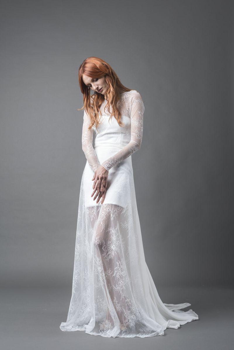 Abito componibile formato da un tubino bianco e un vestito di pizzo svasato sopra della collezione abiti da sposa More 2018 Plumeria - Photo Credits: IRIDE Work in Pixel - Luca Savettiere