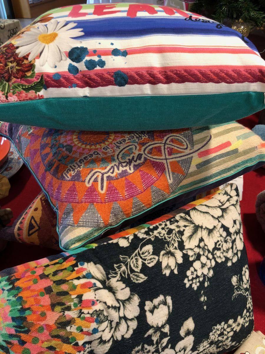 Colori e fantasie anche nei cuscini per arredare la casa. In vendita presso Bellavia, a Palermo