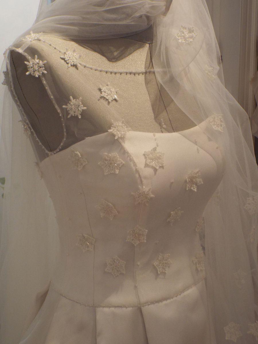 Il corpetto tempestato da fiocchi di neve ricamati di cristallo di Sherbet, uno degli abiti da sposa Rosa Alessi 2018 della collezione Acqualmare