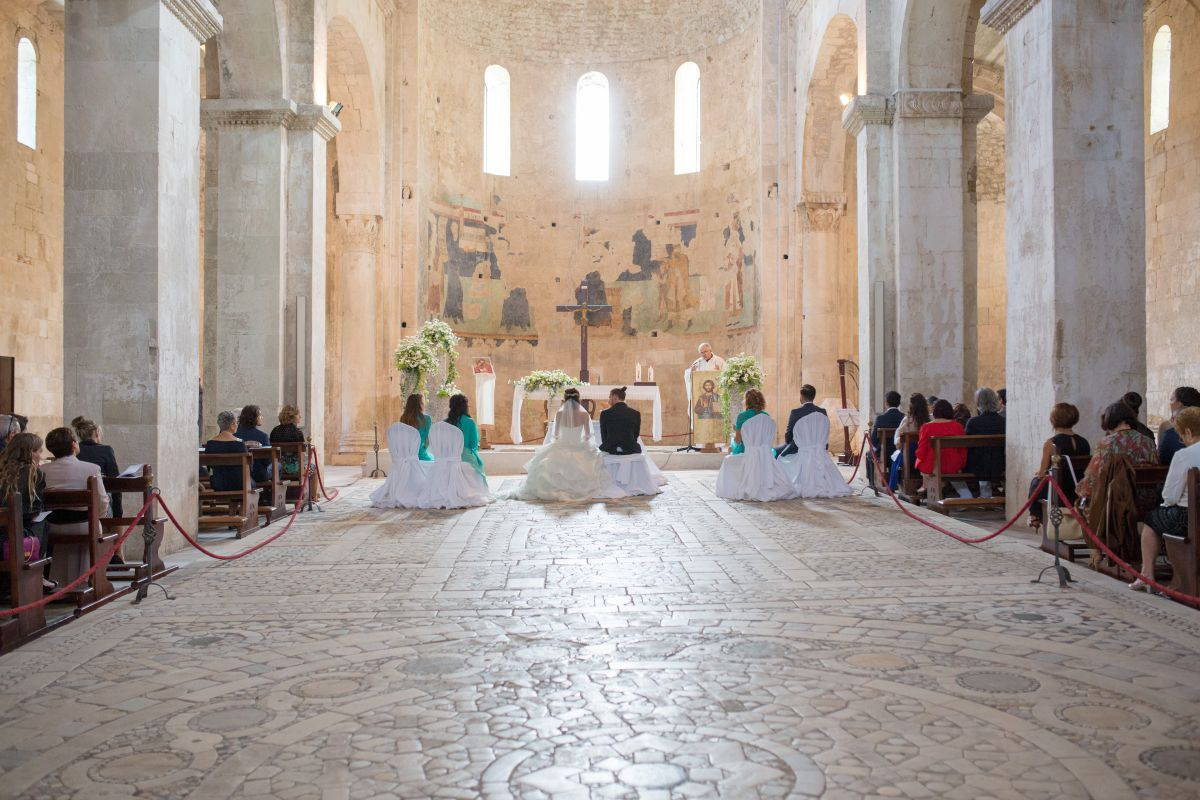 Per il loro matrimonio in stile medievale, Jessica e Lorenzo hanno scelto l'Abbazia di San Liberatore alla Maiella, nel comune di Serramonacesca in provincia di Pescara