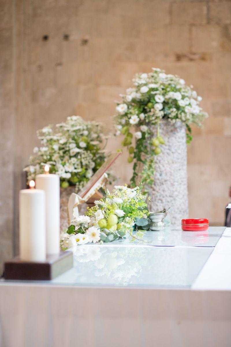 Fiori di camomilla e lisinthus bianchi per le alzate in chiesa al matrimonio in stile medievale organizzato da Cristina Orsatti