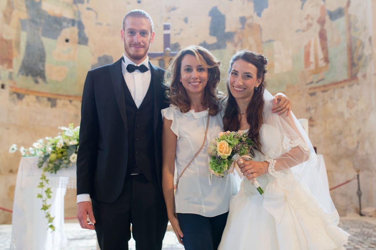 La wedding planner Cristina Orsatti insieme agli sposi Lorenzo e Jessica nel giorno del loro matrimonio in stile medievale