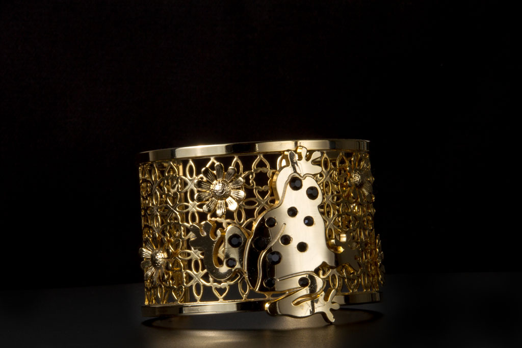 Il bracciale oro e nero realizzato dalla stilista Chiara Vitale come omaggio del Made in Italy