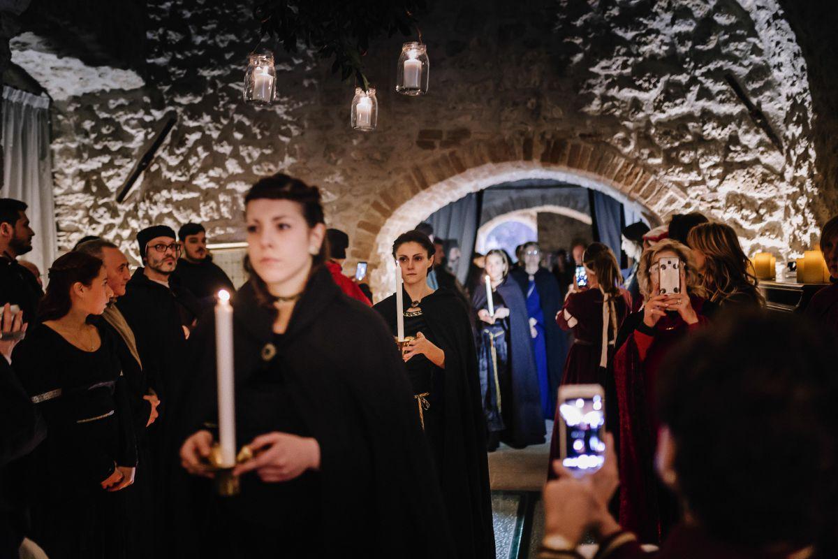 Un momento prima del rito durante il matrimonio medievale di Roberta e Alessandro