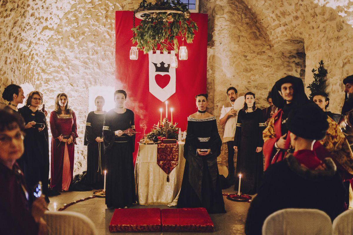L'altare, le damigelle e la grande sacerdotessa (a destra) per il matrimonio medievale di Roberta e Alessandro