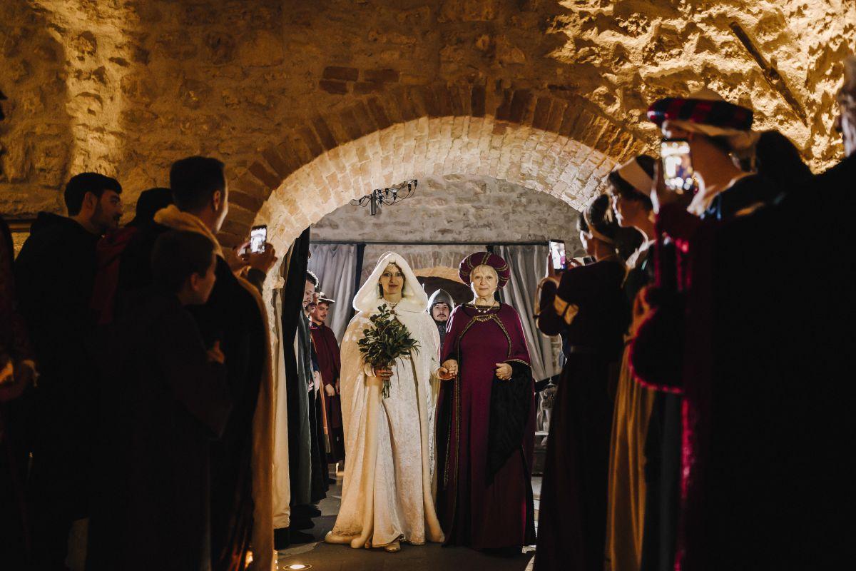 Roberta in abiti del secolo per il suo matrimonio medievale al Castello di Montignano