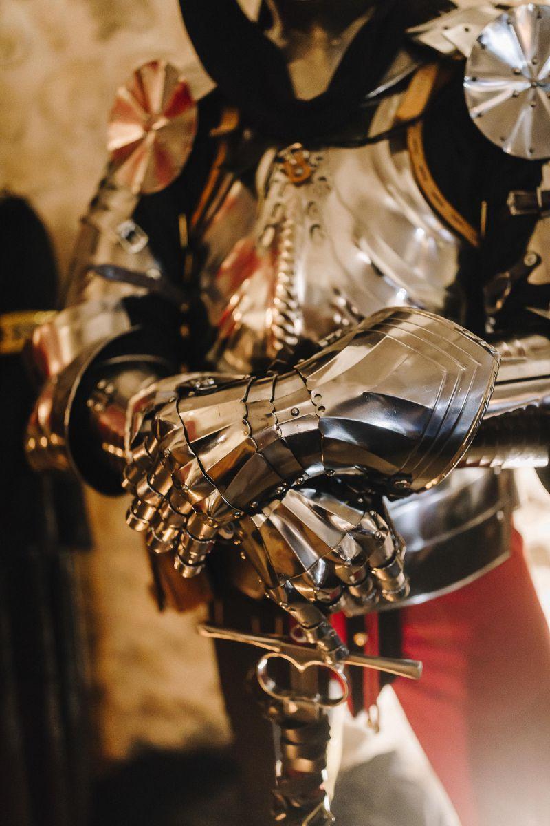 Gli armigeri, guerrieri in armatura, che hanno il compito di proteggere la sposa