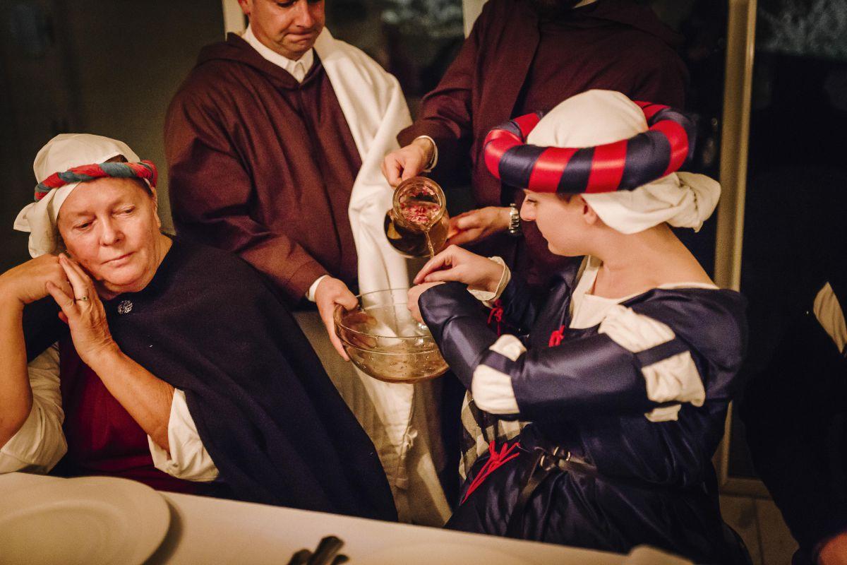 La lavanda delle mani dei commensali al Castello di Montignano per il matrimonio di Roberta e Alessandro