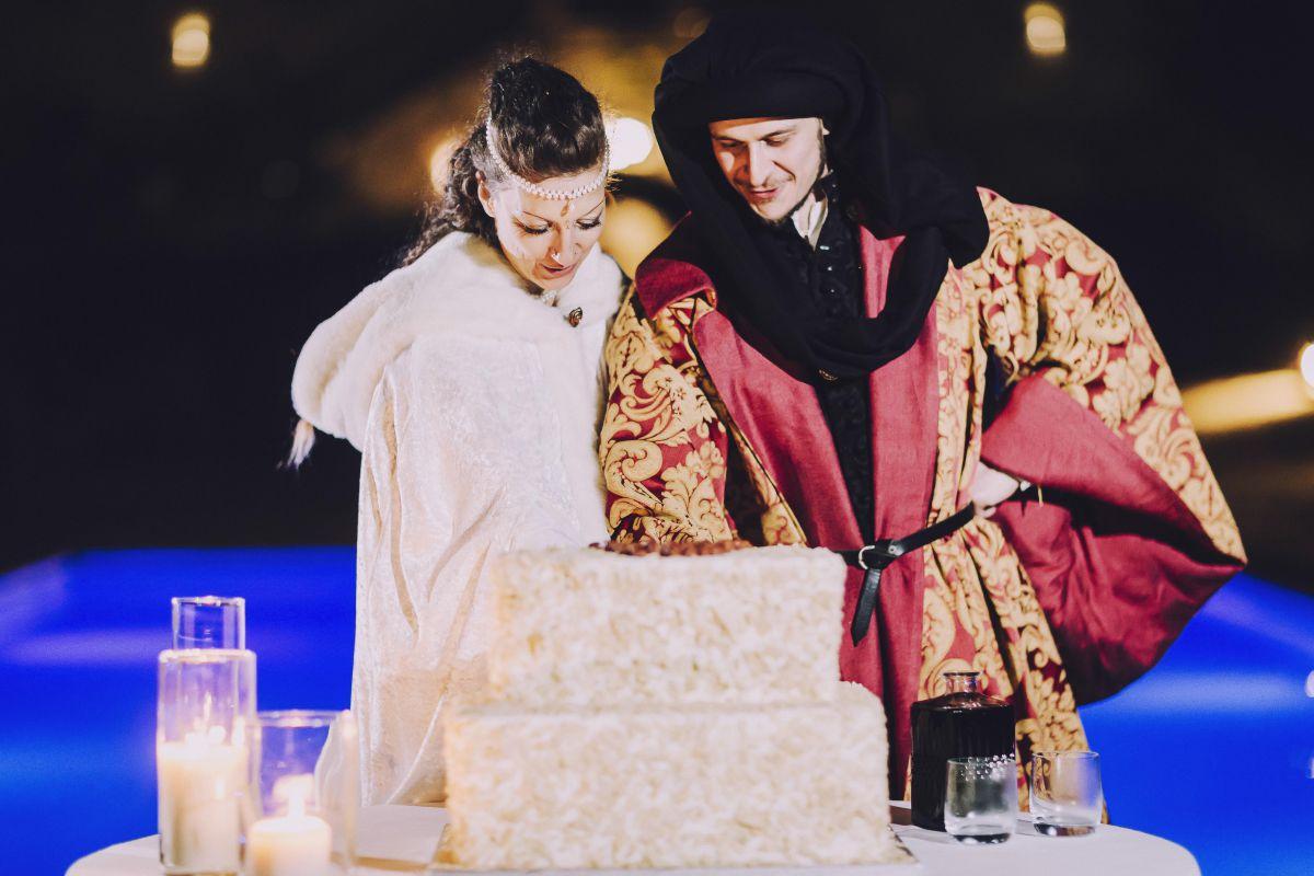 Il taglio della torta al matrimonio medievale di Alessandro e Roberta