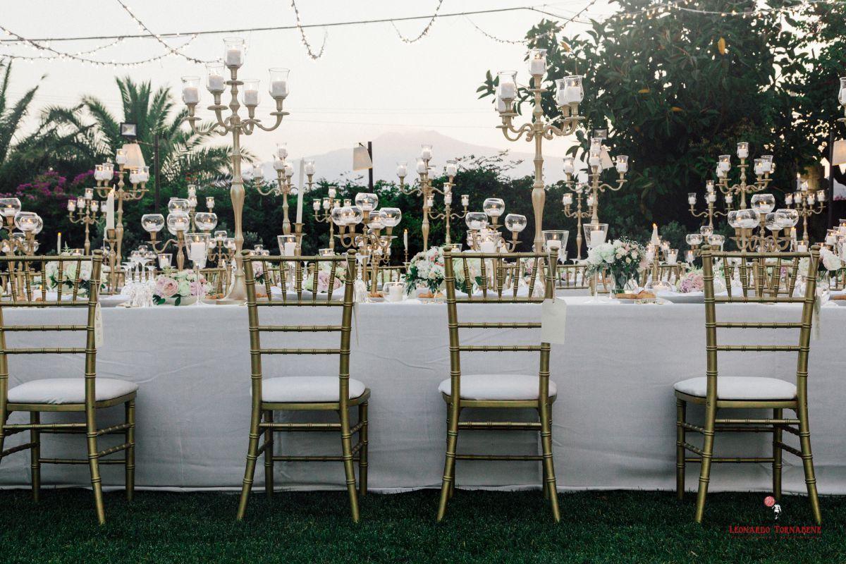 Candele e fiori decoravano le tre tavole imperiali delle nozze di Salvo e Maria Pia organizzate da Fiorelli Wedding