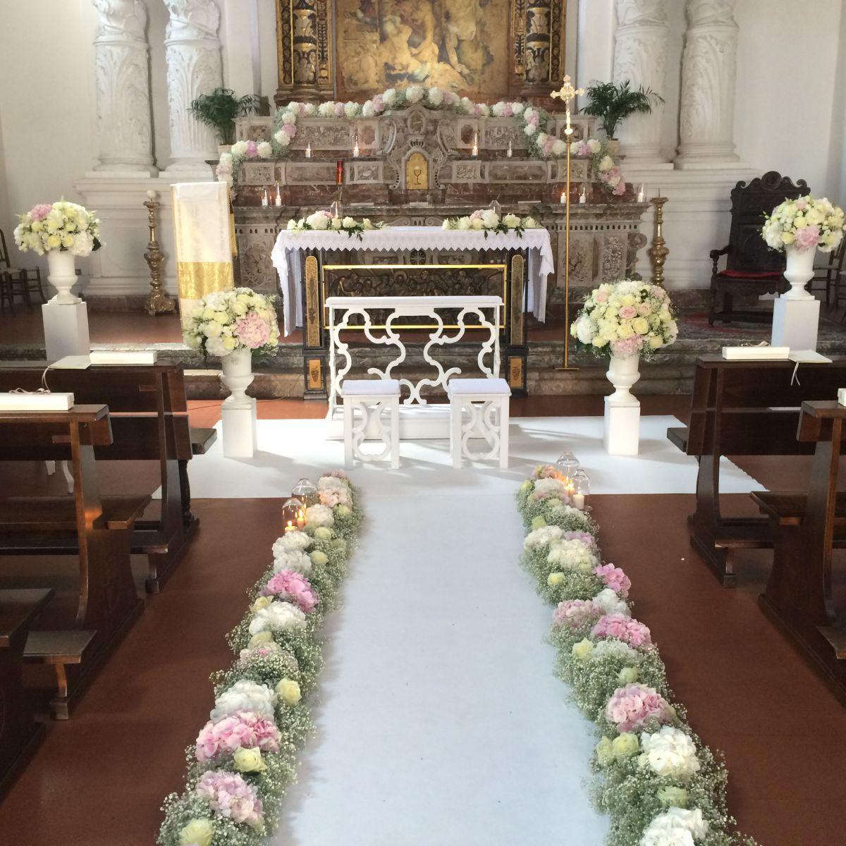 L'altare della chiesa di Santa Caterina a Taormina allestito da Fiorelli Wedding