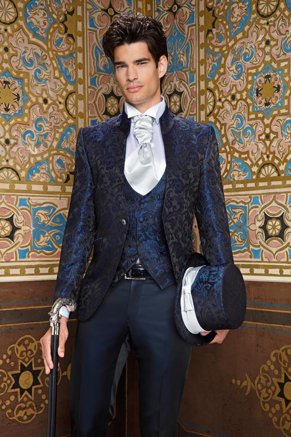Blu scuro, dettagli e accessori per uno degli abiti da sposo Andrea Versali 2018