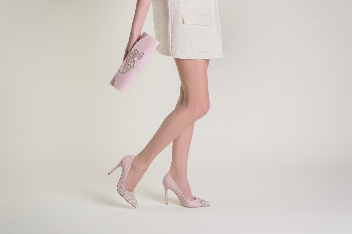 Colori pastello e applicazioni per Camelie, uno dei modelli di scarpe da sposa Serrese 2018