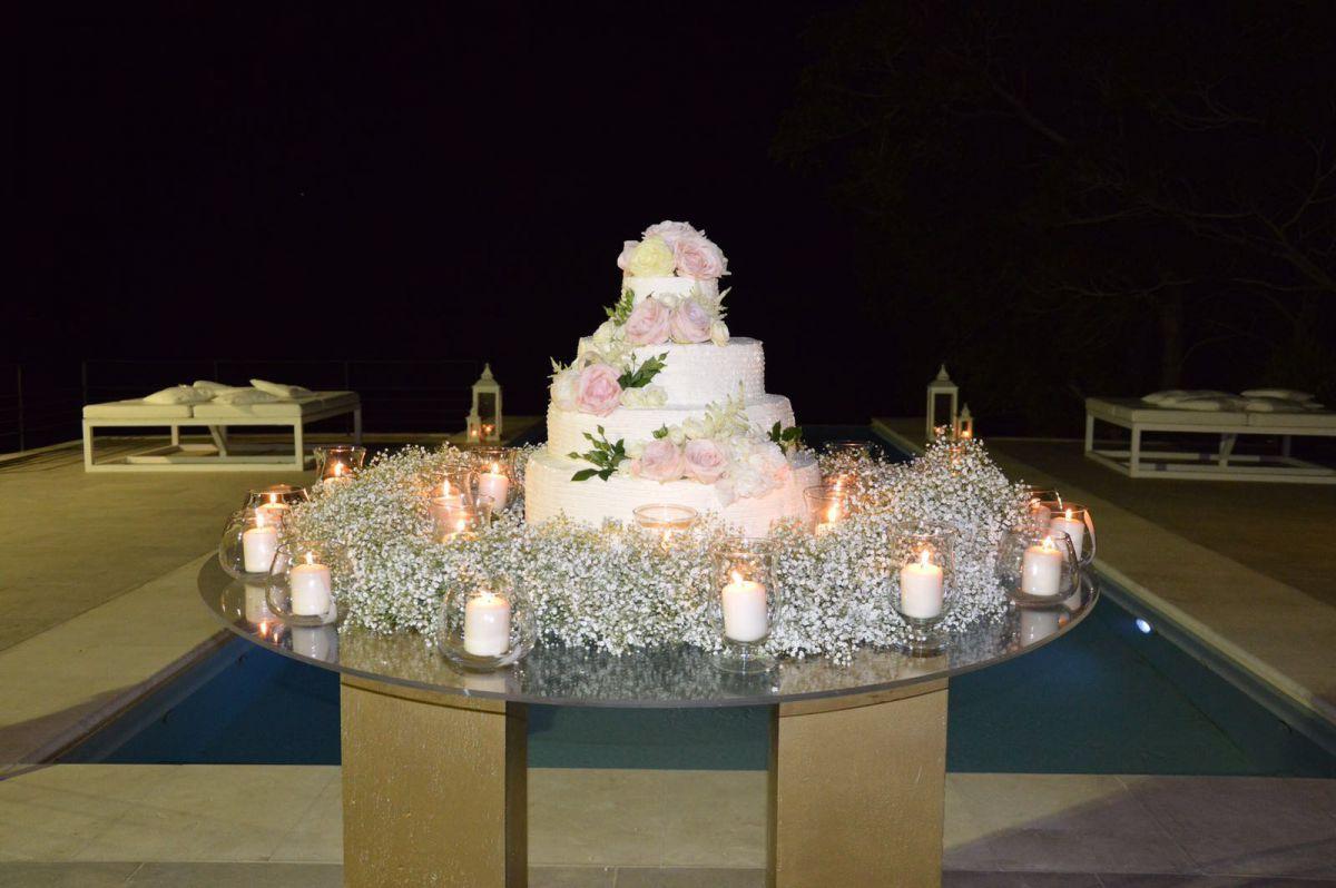 Nebbiolina, rose e candele anche nella torta nuziale di Salvo e Maria Pia