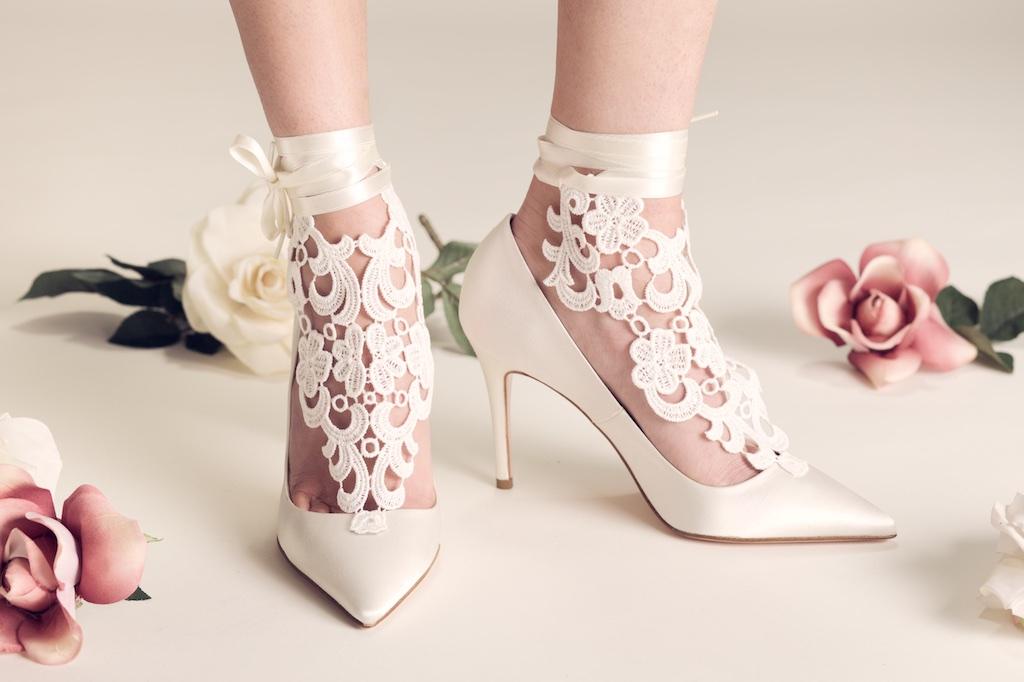 Pizzo e nastri di raso alla caviglia per Carrie, uno dei modelli di scarpe da sposa Serrese 2018