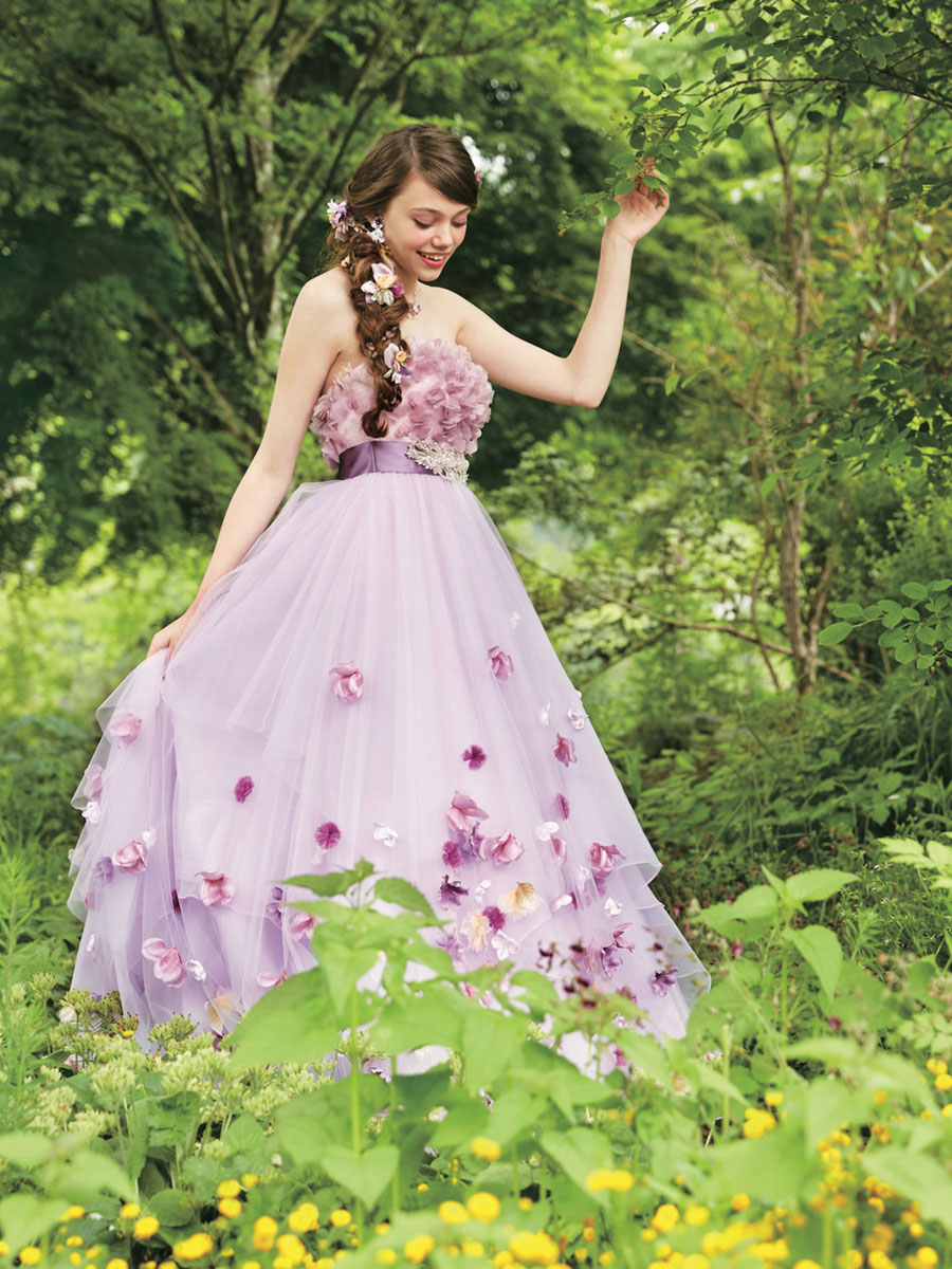 Fiori e colori pastello per l'abito da sposa ispirato a Rapunzel