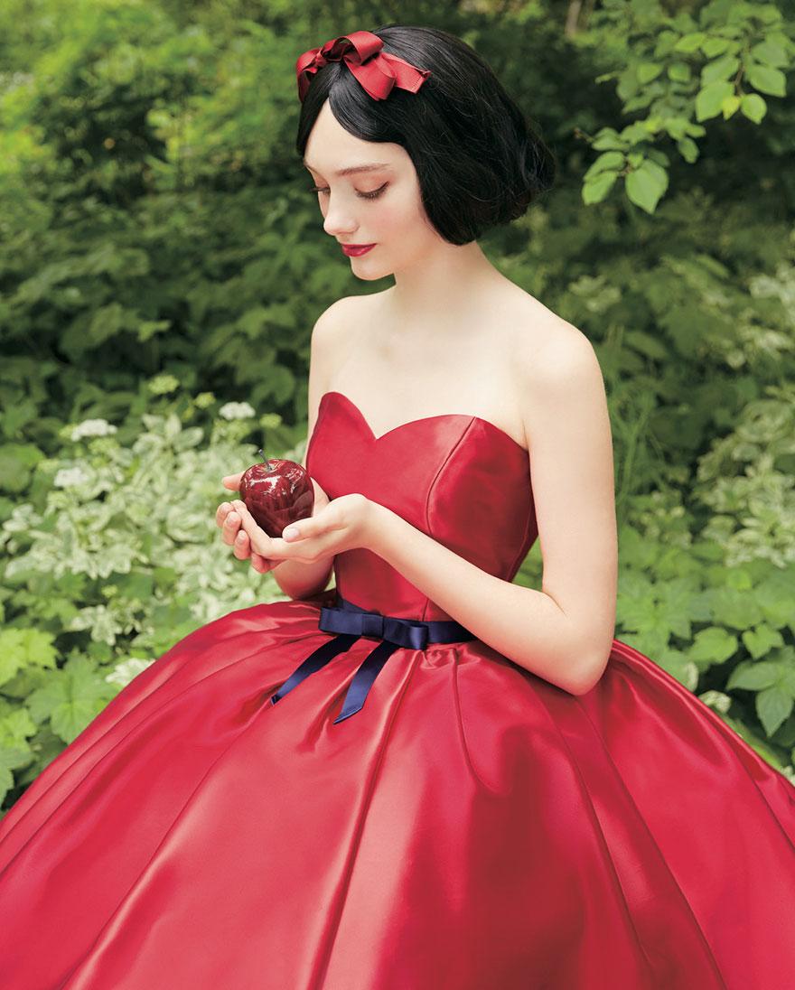 Scollatura a cuore e colore rosso per l'abito da sposa ispirato a Biancaneve