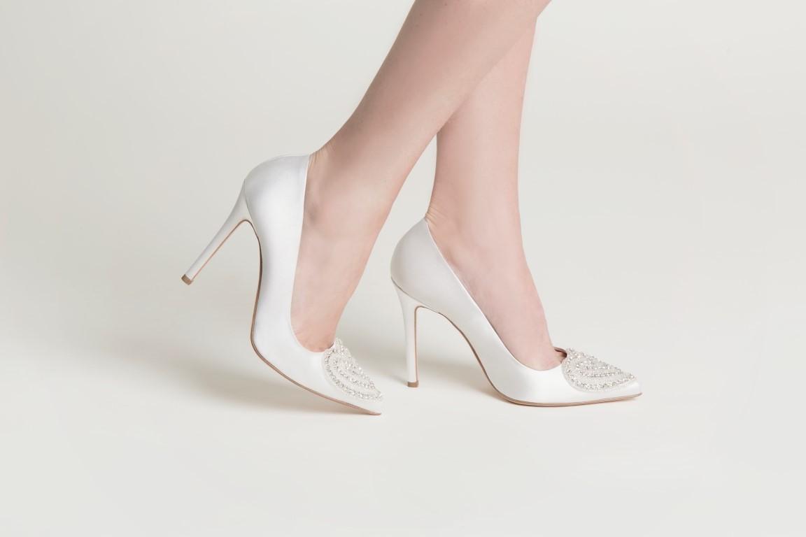 Applicazioni lucenti e perline per Clarence, uno dei modelli di scarpe da sposa Serrese 2018