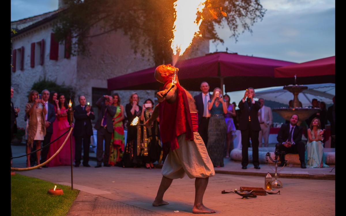 Una scena dello spettacolo di fuoco durante le nozze di Miriam e Wadih a Castelbrando