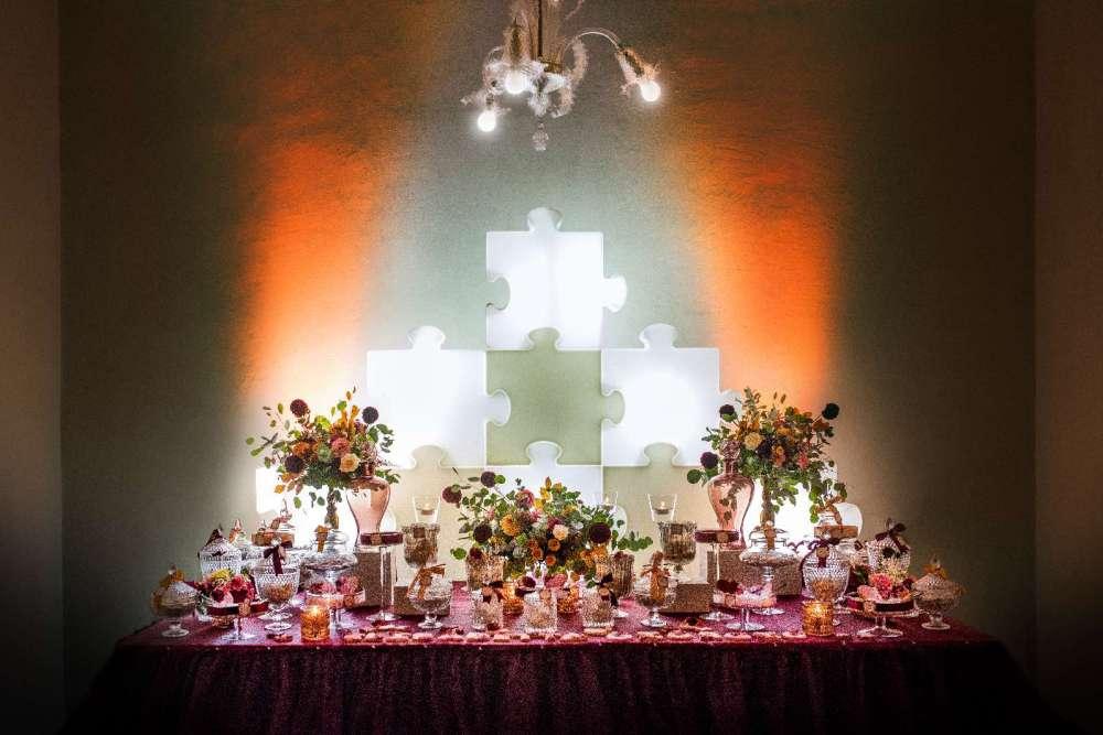Lo sfondo della confettata realizzata con un muro luminoso a forma di puzzle realizzato da Giovanna Damonte