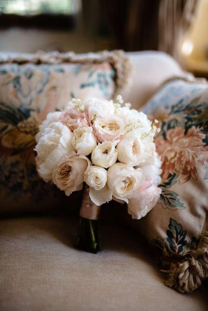 Il bouquet di Francesca nei toni del bianco e del rosa