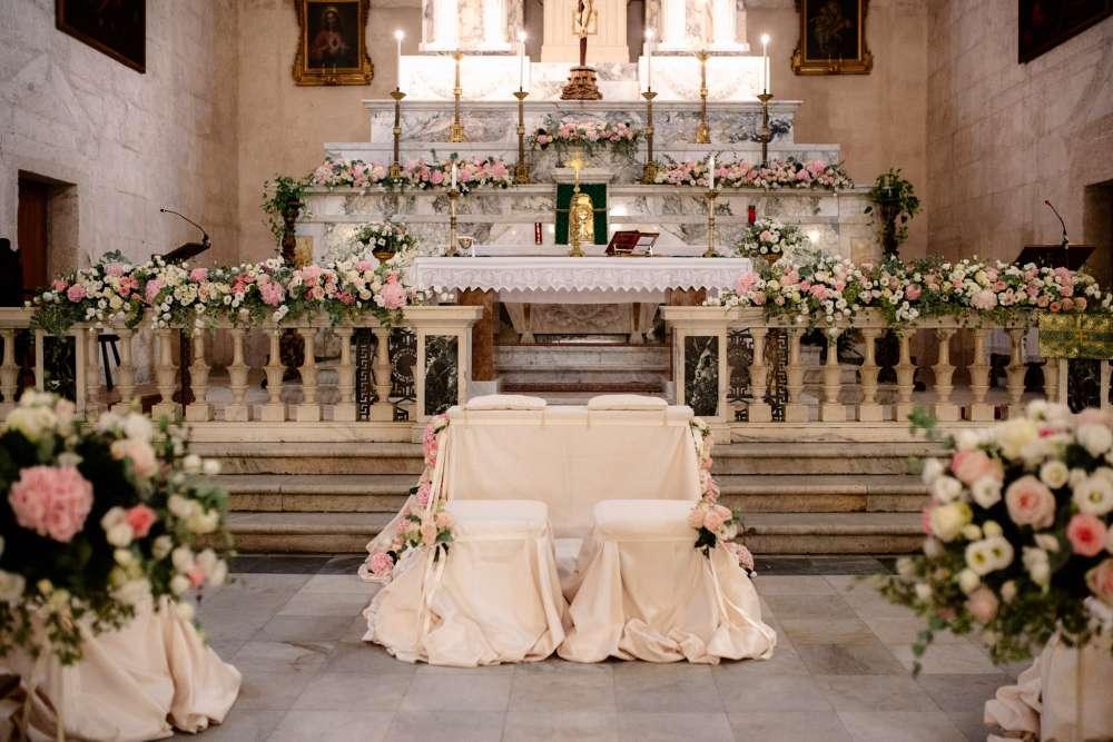 Gli allestimenti in rosa e bianco per le nozze di Francesco e Francesca organizzate da Sara Events