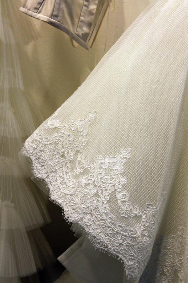 Il pizzo retina della collezione abiti da sposa 2019 Iris Noble