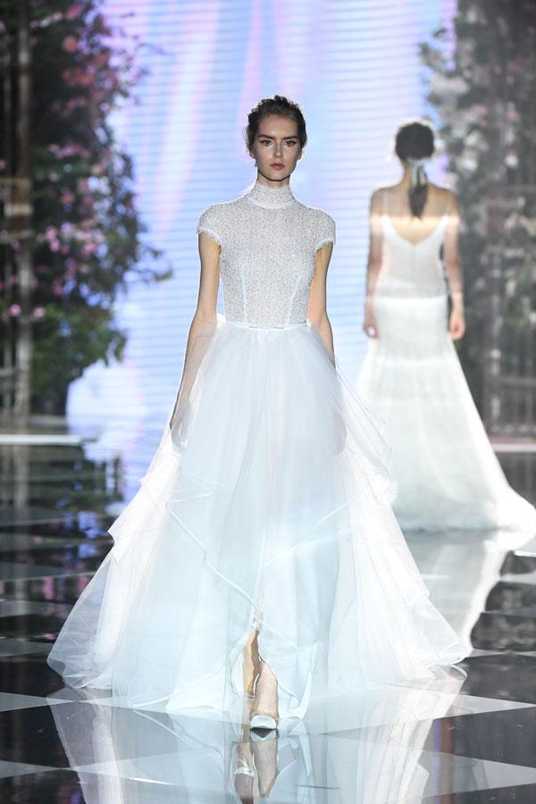 Vestiti Da Sposa Eme.Abiti Da Sposa Atelier Eme 2020 In Passerella Torna L Amore Romantico