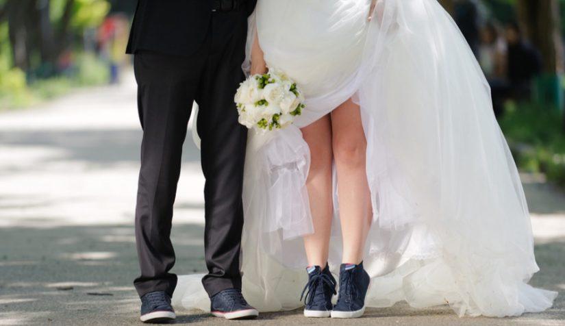 Sposa con scarpe sportive