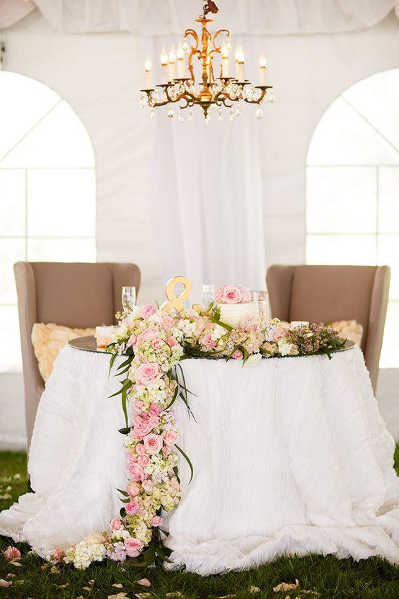Fiori a cascata sul tavolo