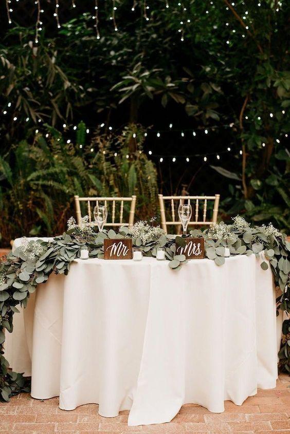 Decorazioni floreali per il tavolo degli sposi